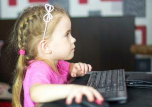 petit fille devant ordinateur